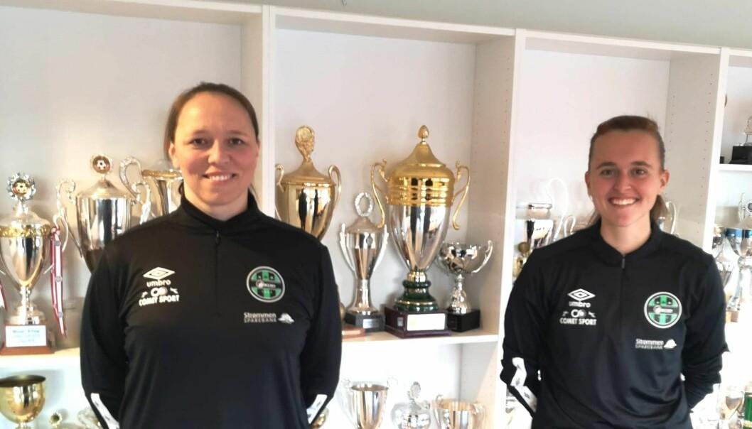 Hovedtrener Caroline Knutsen (t.v.) og assistenttrener Camilla Madsberg i Skjetten Fotball.