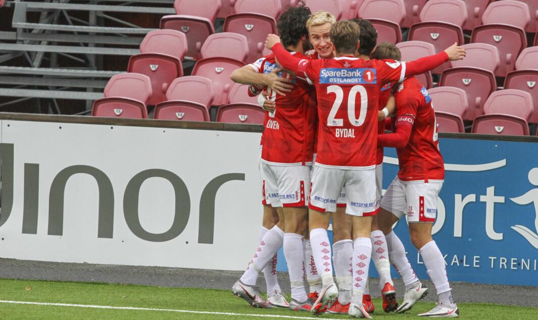 KIL-gutta stormer til for å gratulere Martin Hoel Andersen som scoret kampens eneste mål.