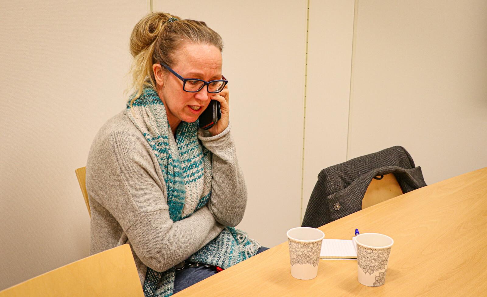 En svært vanlig situasjon å oppleve kommuneoverlege Camilla Kvalø Smedtorp i. Hun er stort sett i kontakt med noen hele døgnet - og jobben hennes er å hjelpe til med å forstå retningslinjer slik at flere gjør gode tiltak.