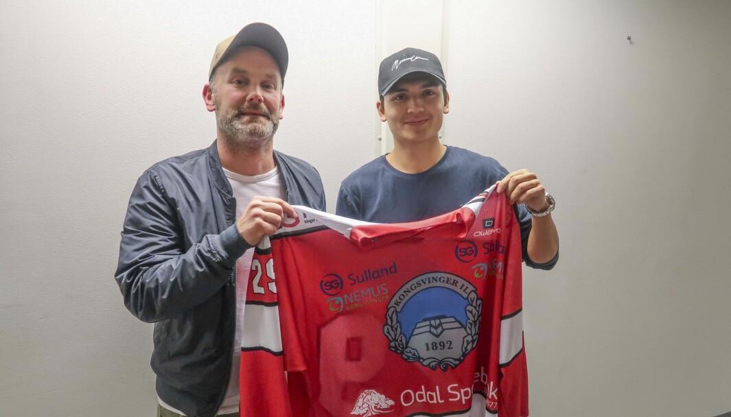Sportslig leder Anders Angelbrant (t.v.) fikk mandag kveld signaturen til Victor Zetterberg.