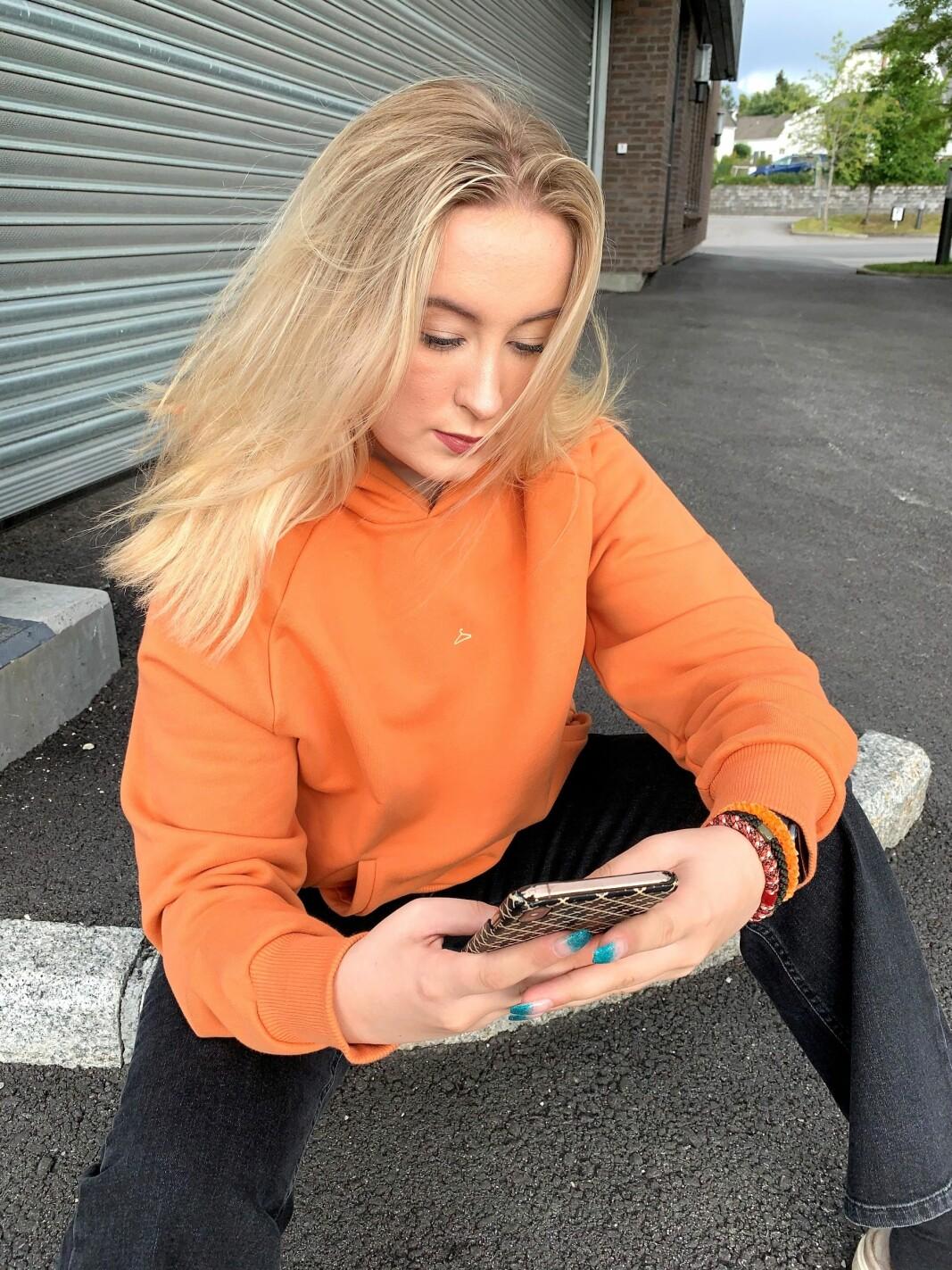 Pias datter Tora har ansvar for butikkens sosiale medier.