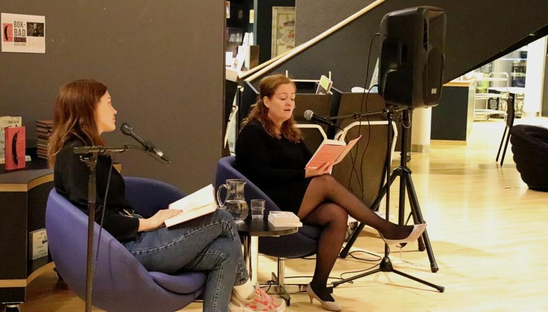 Hanne Bjugstad og forfatter Heidi Linde snakket om romanen «Hva hun klager over når hun klager over husarbeidet».