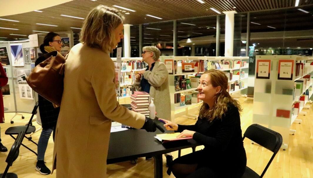 Heidi Linde signerer romanen «Hva hun klager over når hun klager over husarbeidet» etter bokbadet. Flere grep muligheten til å ta med seg en signert utgave hjem.