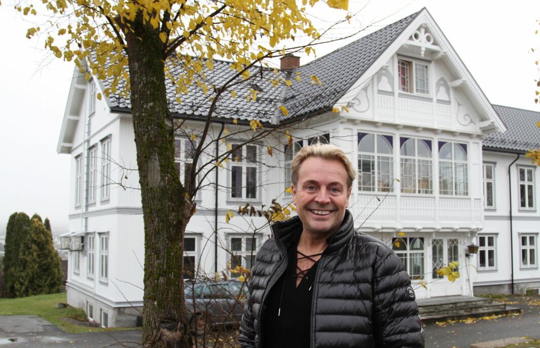 Runar Søgaard var i fjor høst tilbake i Kongsvinger i forbindelse med utgivelsen av sin selvbiografi. Her utenfor huset ved Kirketorget satt minnene som spikret. Se video og les intervjuet Mitt Kongsvinger gjorde med han, nederst i denne saken.