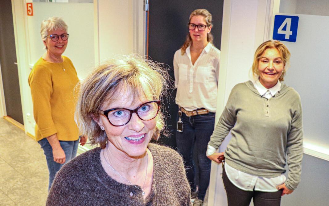Smittesporingsteamet i Kongsvinger er klare til å finne de avgjørende smittetrådene i befolkningen, og få satt nærkontakter i karantene og smittede i isolasjon. Mange av de ansatte på helsestasjonen er med i smittesporingsteamet, her representert ved psykiatrisk sykepleier Gunn Iversen (t.v.), avdelingsleder Arnhild Julseth (foran), ergoterapeut barn Linda Grønnerud og helsesykepleier Mette Berget.