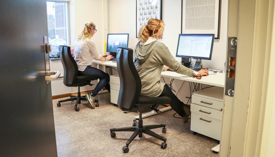 Helsesykepleier Mette Berget (nærmest) og ergoterapeut Linda Grønnerud er klare til å spore smittetråder blant Kongsvingers befolkning. Teamet holder til i Digerudvegen i Kongsvinger sentrum.