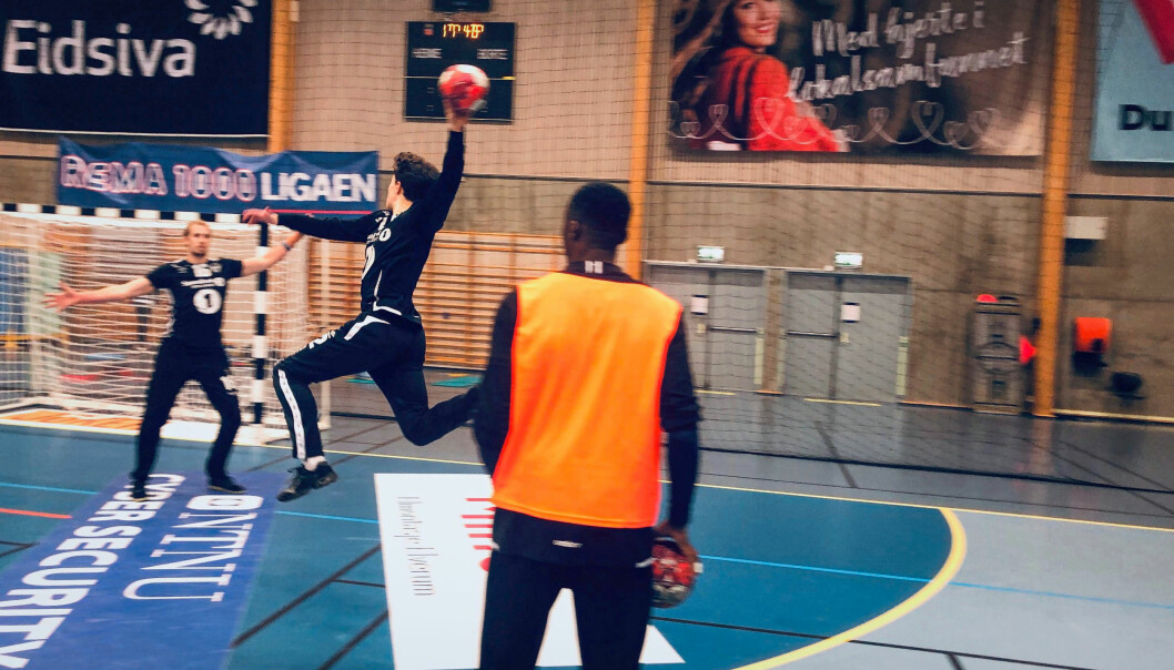 Oskar Kvernes hopper inn fra sin høyrekant, mens Luc Abalo følger nøye opp sin elev.
