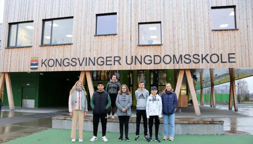 Fra venstre, i samme kohort er: Felicia Nilsen, Fayaz Ahmad, Kaja Haugen, Henrik Haukerud, Eskil Smines og Sofie Dahl. 8.trinn har temadag om demokrati og medborgerskap onsdag. Bak står ordfører Margrethe Haarr.