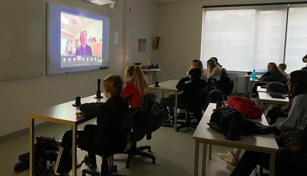 Kunnskapsminister Guri Melby på storskjerm i klasserommet til 8C på Kongsvinger ungdomsskole.