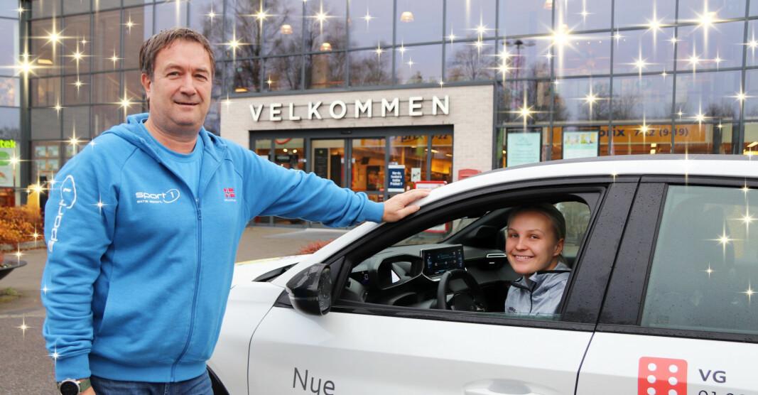 Selv om du er velkommen til Sport 1 Kongsvinger i EPA-senteret, ønsker de ansatte å legge til rette for en koronavennlig julehandel. Butikksjef Gunnar Løfsgaard og Hanna Bjerknes viser frem butikkens el-bil, en Peugeot E-208 lånt hos Kongsvinger bilsenter.