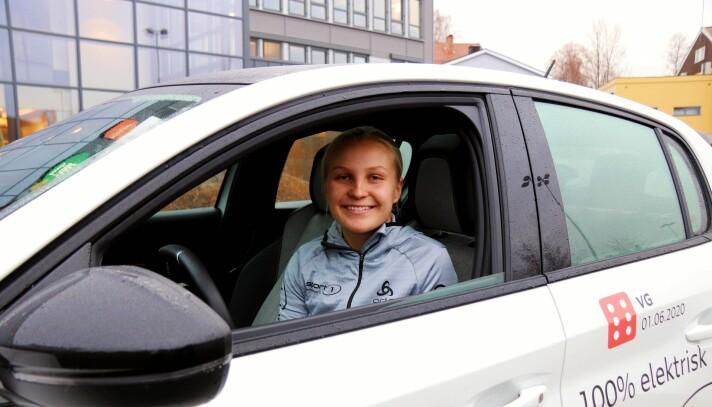 Hanna Bjerknes i Sport 1 Kongsvinger leverer årets julehandel hjem på døra til kundene.