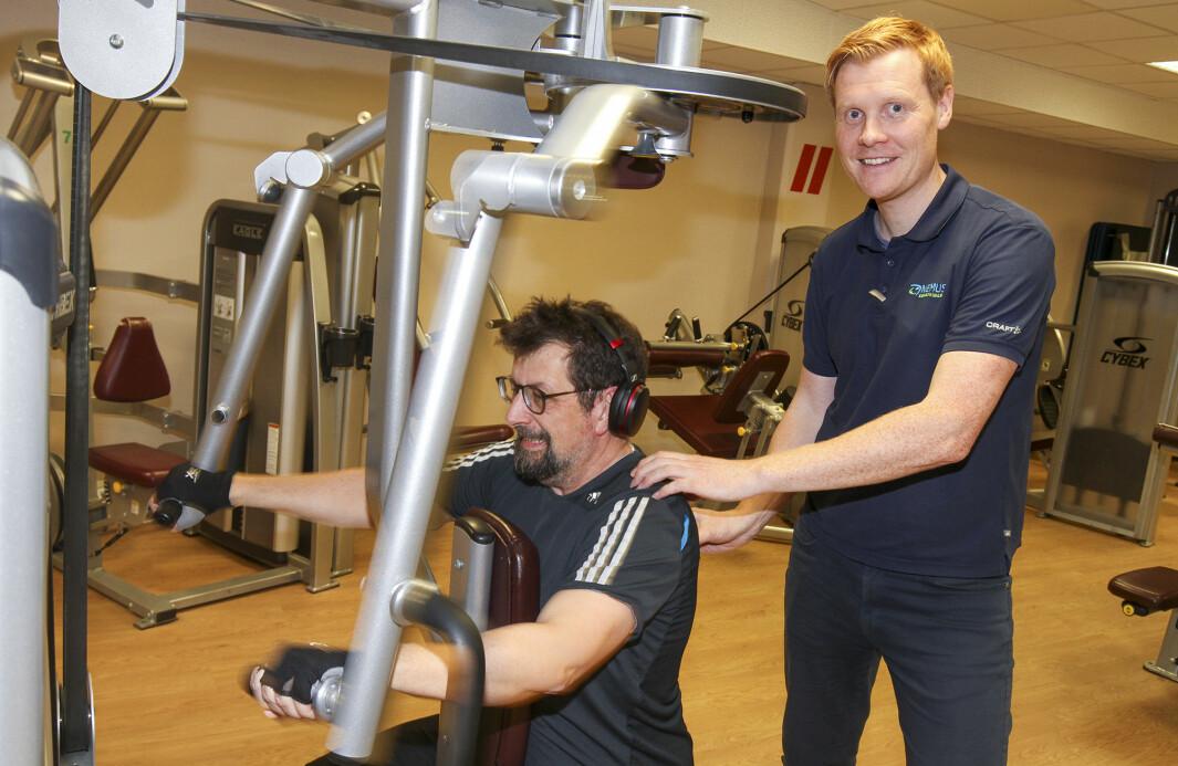 Magnus Bergersen påser at Lars Ovlien jobber riktig med apparatene.
