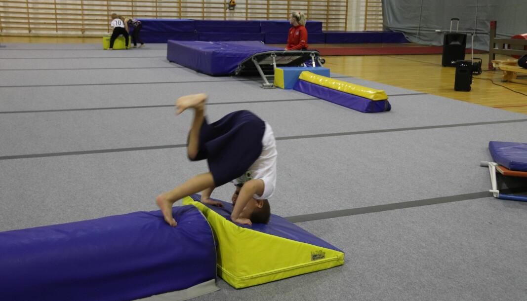 Theodor, her i gang med en forlengs rulle, er blant barna som er med på «Gymlek» på mandager.