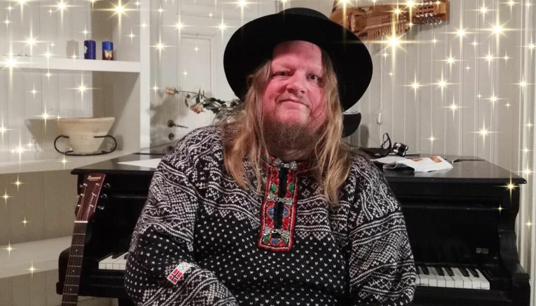 Stian Fossum kan glede seg over at hans monologforestilling Jul Åkkesom har fått 35.000 kroner i tilskudd fra kommunen.