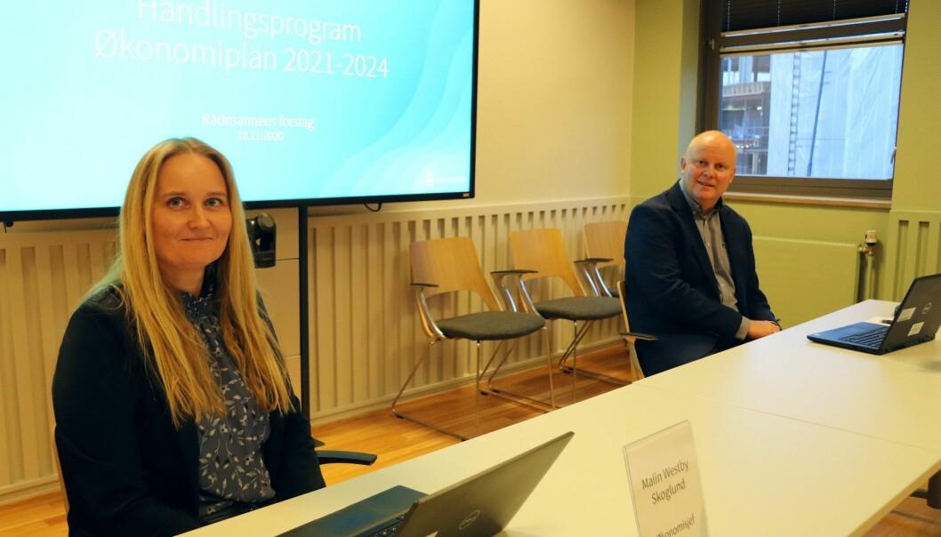 Økonomidirektør Malin Westby Skoglund og rådmann Lars Andreas Uglem vil ha spart kommunen for utallige millioner ved å ha prissikret seg på strømprisen for i år og neste år.