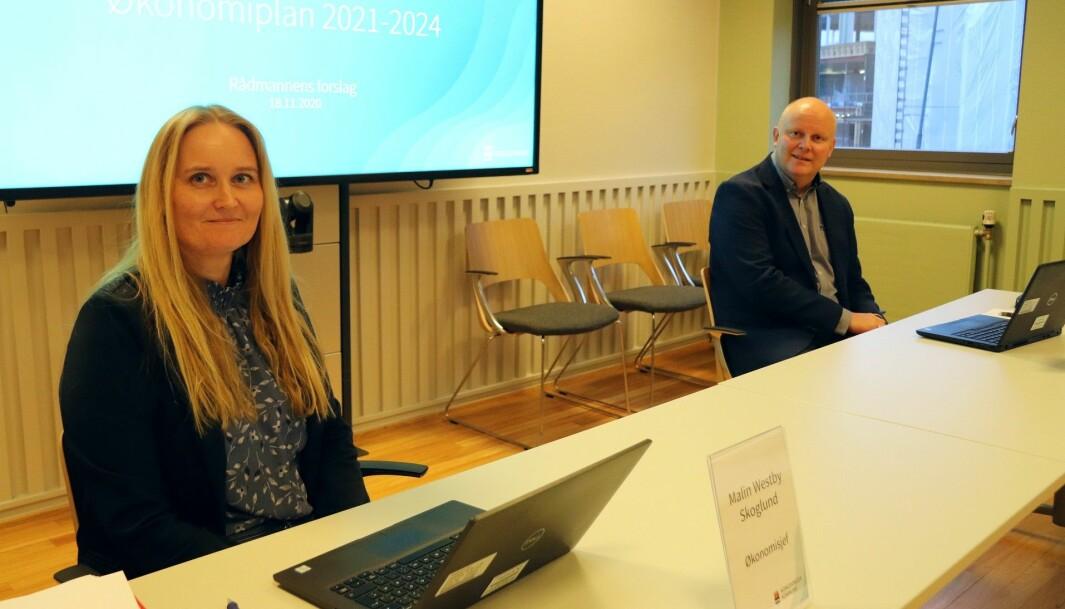 Økonomisjef Malin Westby Skoglund og rådmann Lars Andreas Uglem legger frem budsjettforslag 2021 og økonomiplan 2021-2024.