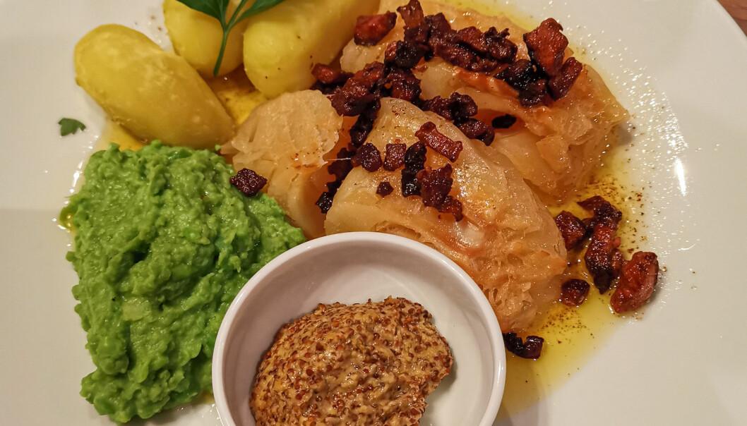 Dette er lutefisk som den vil bli servert på Platos fra og med onsdag. Tapasrestauranten hadde ikke noe valg - de måtte få den tradisjonsrike retten på menyen.