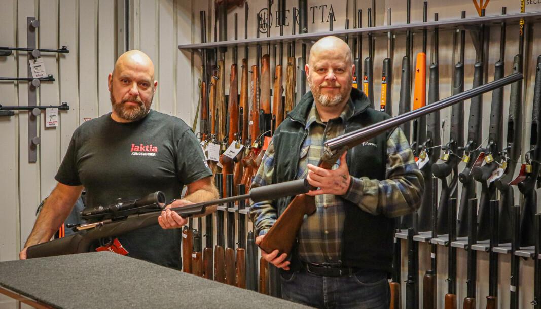 Butikkmedarbeider Jonas Høiby (t.v.) og daglig leder Robert Østby i Jaktia Kongsvinger er oppgitte over lang saksbehandling på våpensøknader.