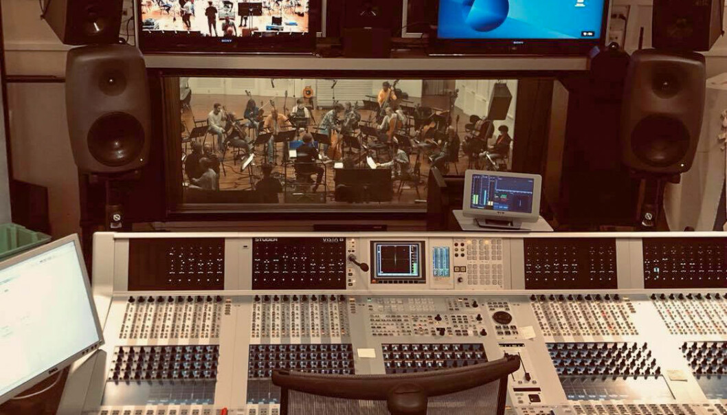 """Kringkastingsorkesteret i gang med å spille Gaute Tønders musikk til TV-serien og NRKs julekalender """"Stjernestøv""""."""