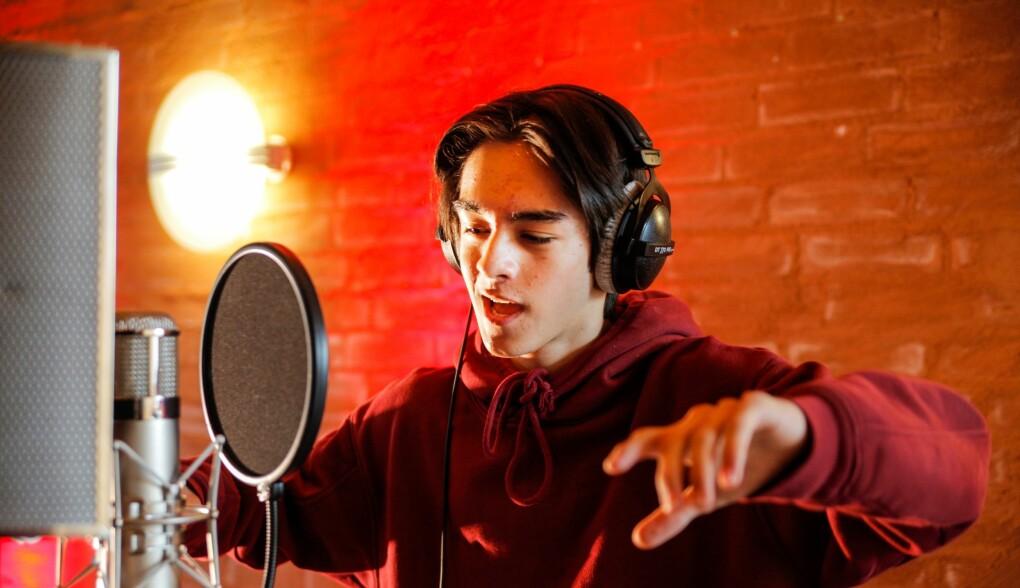 Oliver under innspilling av «En som tror på meg», en av låtene i «Eventyrfestningen».