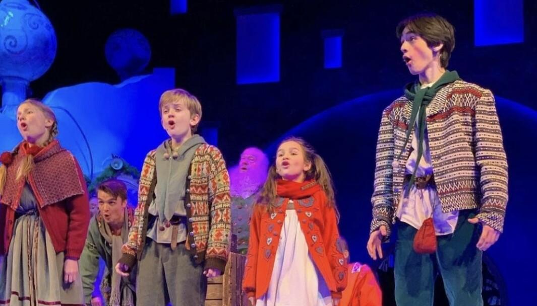 I denne scenen i «Snøfall» jobbes det for å oppfylle barnas ønsker til jul. Fra venstre: Victoria Øvstegård Engerdahl, Sindre Seip, Marielle Chacon og Oliver Eidem Nyeng.