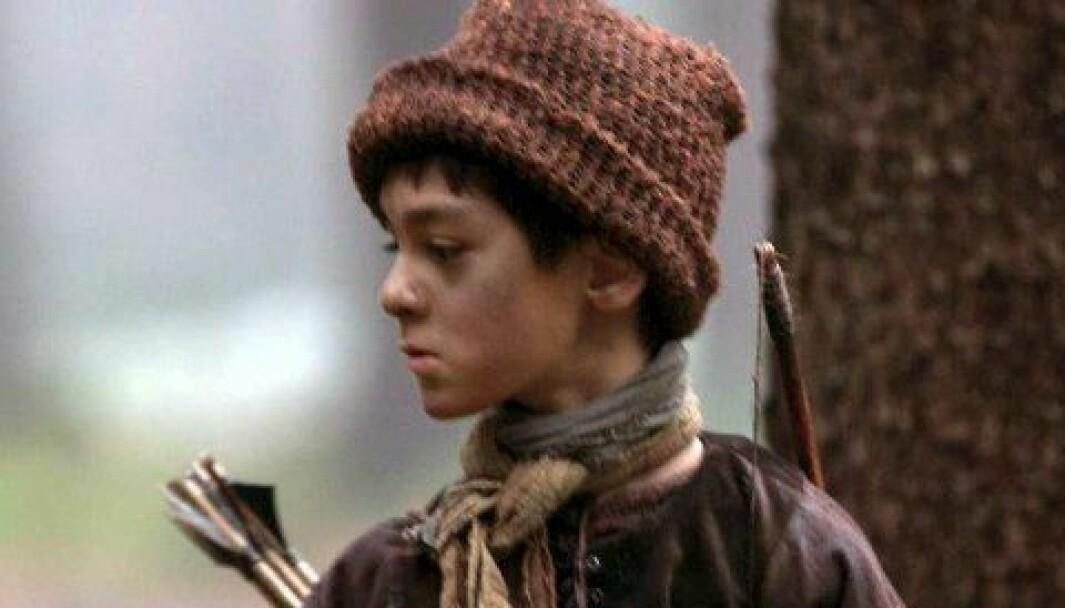 Oliver i en skog i Tsjekkia under innspillingen av «Julekongen», hvor han hadde rollen som Aks.