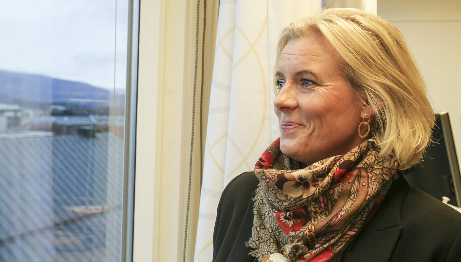 Fra ordførerkontoret i sjette etasje i kommunehuset har Ingunn en fantastisk utsikt utover mot Mjøsa, gågata og nedre del av Lillehammer by.