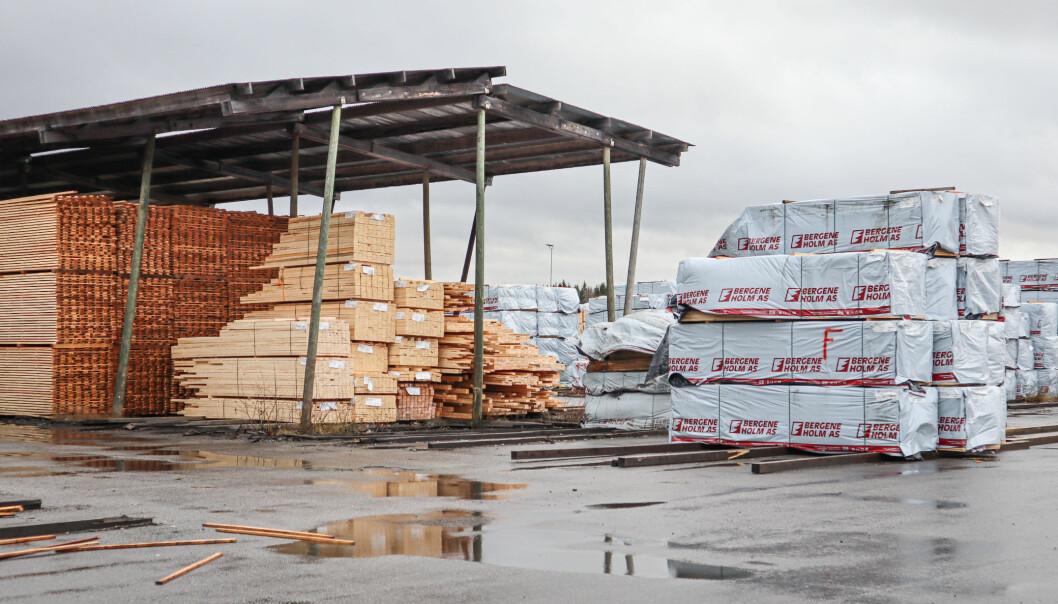 Hos Bergene Holm AS på Brandval ligger planker klare for å bli fraktet ut i markedet.