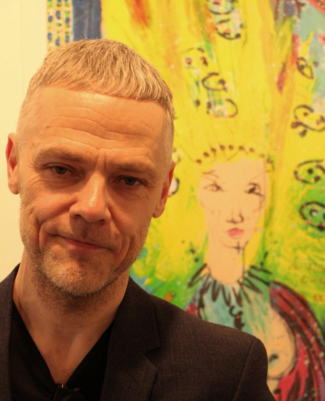 Kenneth Stensholt i Galleri design, foran sitt favorittmaleri av Ari Behn, kalt «Medusa»