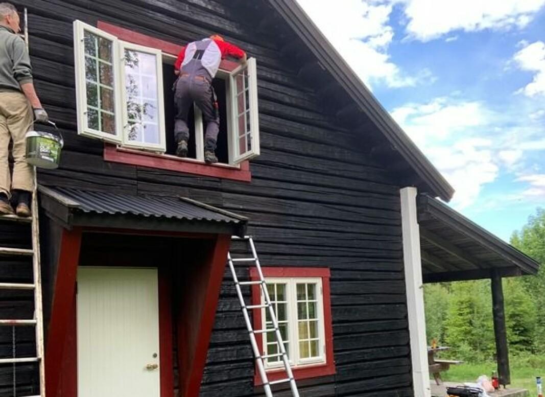 Bjørn Moen og Sæming Sørjoten i vinduet gjør Skihytta klar til ny sesong.