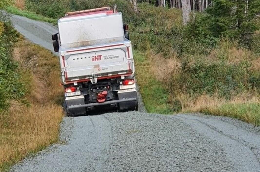 Steinbittvegen opp til Skihytta har fått et gruslag. Ivar Holth Transport stilte med bil.