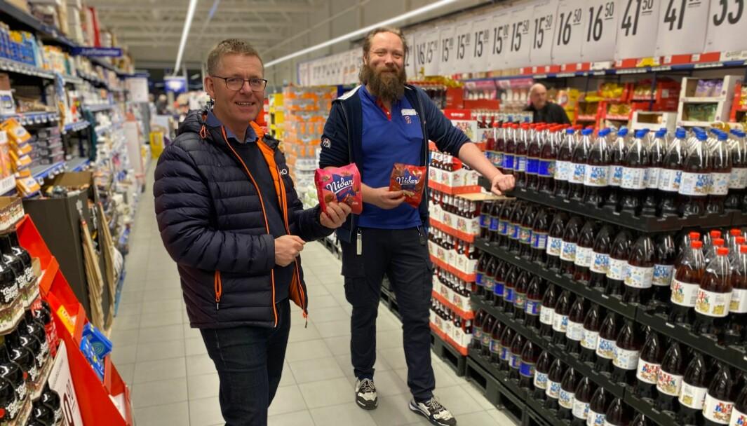 Regiondirektør Jon Kristiansen i NHO Innlandet og kjøpmann Raymond Olavi Pakarinen i Rema 1000 Kurudsand.