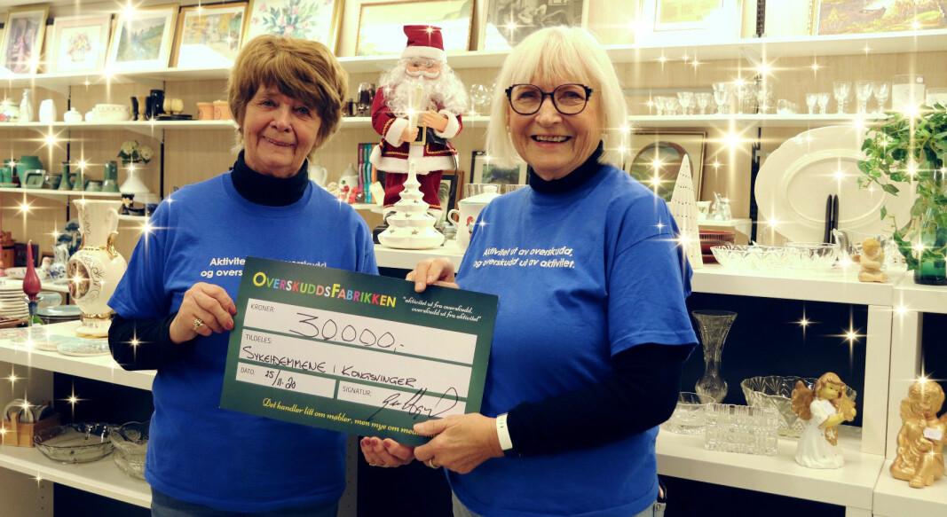 To av de frivillige, Rigmor Bakken og Reidun Hagerud, er glade for å kunne gi 30.000 kroner til sykehjemmene i Kongsvinger.