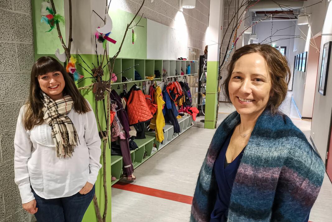 Foreldrerepresentant Teresa Bergerud (t.v.) og rektor Hanne Holme ved Kongsvinger Montessoriskole ønsker 10 nye elever velkommen neste skoleår.