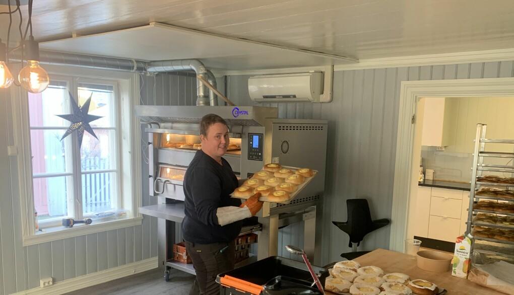 Baker Patrick Smestad i aksjon med skolebrød som er klare for dekorering. Han og Silje Simonsen er klare for å gi Kongsvinger rykende ferske bakevarer.