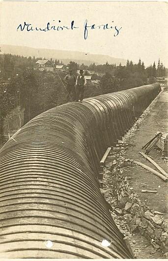 Det ferdige tre-røret på nesten 1200 meter ble holdt sammen av stålbånd. Etter hvert som røret ble eldre måtte man stramme til båndene for å unngå vannlekasjer.