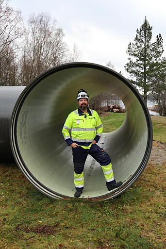 Dagens rørgate er i armert glassfiber. Her viser Hafslund Eco sin kraftverksjef for innlandet, Leo Sørbye fram en del av det nye røret.