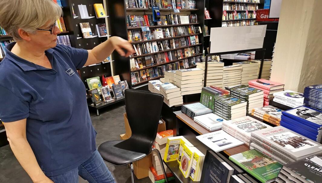 Det lokale salgsbordet midt i Norli-butikken til Hilde Røe på Kongssenteret rommer et 30-talls titler. Stor bredde preger utvalget, og to store forfattere er med på å brøyte vei for mange av de andre.