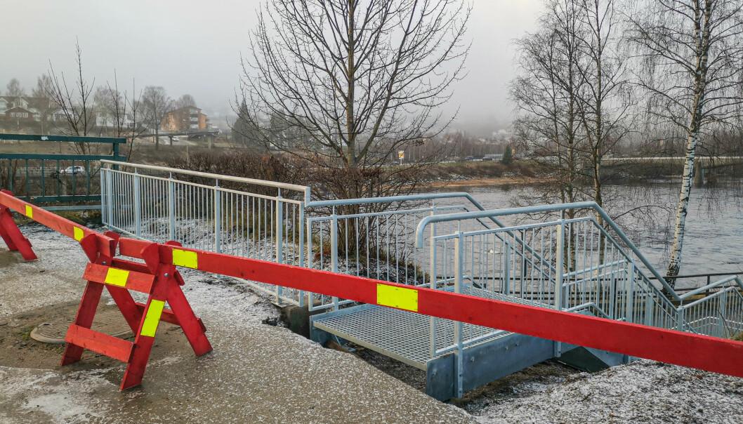 Den nye trappa fra Storgata og gamlebrua ned på Strandpromenaden er på plass, men fortsatt ikke tillatt å bruke. Til tross for sperringen, blir den allerede benyttet av mange.