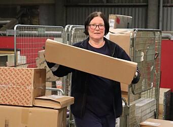 Eva Endsjø laster opp lastebilen sin med pakker som skal ut til utleveringssteder i Kongsvinger, Odalen og Nes.