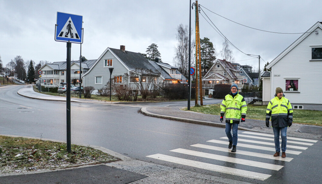 Kongsvinger kommune ved Andreas Fuglum (t.v.) og Innlandet fylkeskommune ved Arne Skybak på befaring i krysset Eidemsgate/Parkvegen midt i Kongsvinger sentrum. Her skjer det uvanlig mange hendelser.