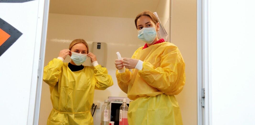 Pernille Velta og Anna Kolsgaard iført smittevernutstyr og klare for dagens testing.