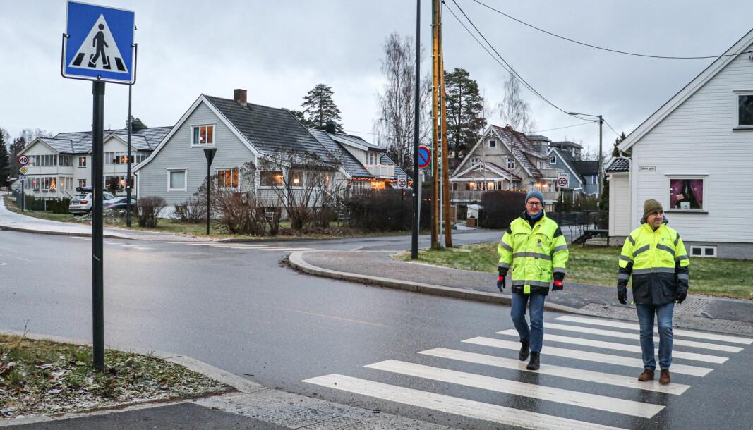Andreas Fuglum (t.v.) fra Kongsvinger kommune og Arne Skybak fra Innlandet fylkeskommune samarbeider om å finne nye og nødvendige tiltak for å bedre trafikksikkerheten i det ulykkesbelastede krysset Eidemsgate/Parkvegen.
