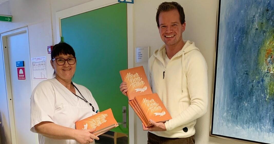 Teamleder Kari Hildegun Kagnes Negård og Tor-Arne Leithe på kreftenheten ved sykehuset. Tor-Arne delte ut boken «Hver dag teller» om livet etter kreft.