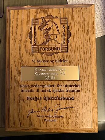 I 2010, da han var 80 år, fikk sjakkens grand old man i Kongsvinger Norges Sjakkforbunds hedersplakett. Han ble hedret med en ny gave på 90-årsdagen sin. Mon tro om forbundet har flere hederstegn å gi ut, eller har han fått alle?