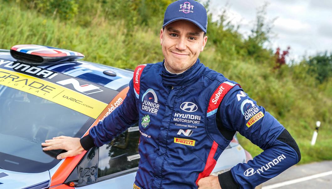 Ole Christian Veiby kan smile etter at han vant NM-runden i rally i Grimstad.