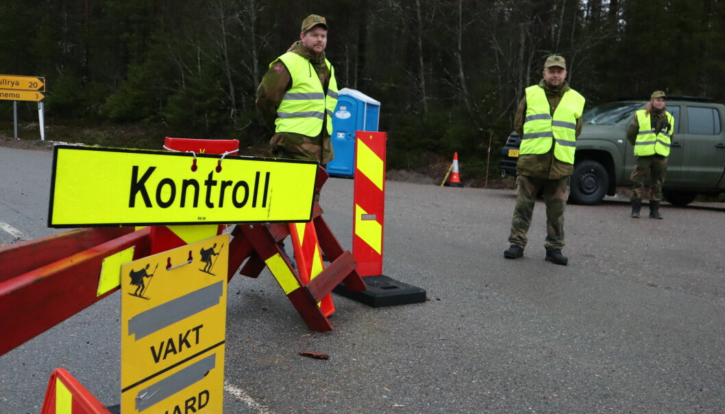 Dette møter deg på grensene inn i Norge i disse dager. F.v. Tobias Jerud, Tor Arne Hellerud og Santina Kvesetberg