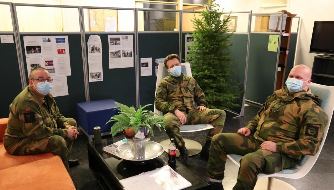 f.v Johnny Randen, Inge Langrekken og Rikard Johansen iført munnbind inne på Vinger HV-område sin kommandosentral