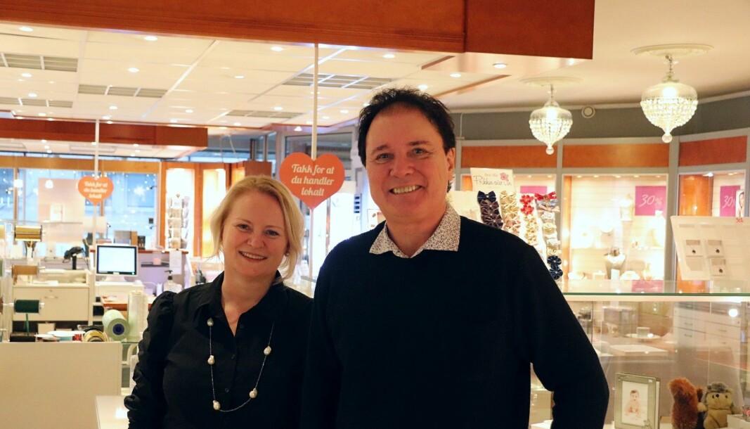 Fjerde generasjon Kristoffersen: Gullsmed og daglig leder Marjolein Hokke og ektemann og innehaver Jan Kristoffersen. Lysekronene har vært med helt fra start, og blir med videre.