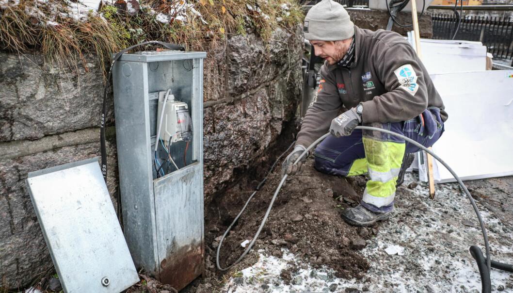 Simen Børresen fra Laje måtte legge ny tilførselskabel med strøm før det på nytt ble lys i rekkverket under gamlebrua.
